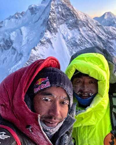 Нирмал Пурджа (Nirmal Purja) и Мингма Тензи Шерпа (Mingma Tenzi Sherpa)  после спуска во второй высотный лагерь на восьмитысячнике К2. 20 декабря 2020