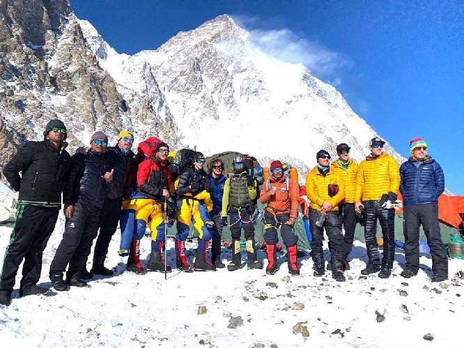 Небольшая часть команды Seven Summit Treks в базовом лагере восьмитысячника К2
