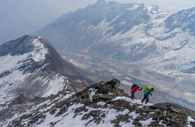 Непальская экспедиция: Тенжи Шерпа (Tenji Sherpa) и Винайяк Джей Малла (Vinayak Jay Malla) акклиматизируется на вершинах у деревни Самагаун