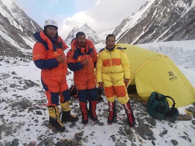 Шерпы команды SST в базовом лагере восьмитысячника К2 после спуска с отметки 7050 метров