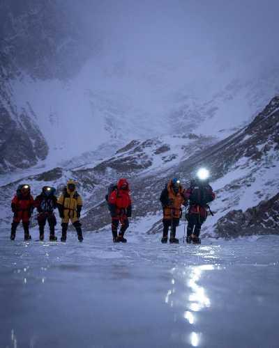 Команда Нирмала Пурджи (Nirmal Purja) на леднике у базового лагеря восьмитысячника К2