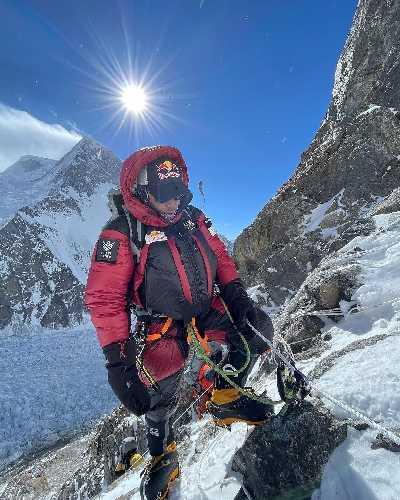 Нирмал Пурджа (Nirmal Purja) в восхождении ко второму высотному лагерю. 10 января 2021 года
