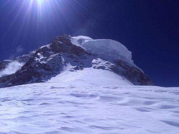 Вид на предвершинный участок К2 с четвертого высотного лагеря. Фото Мингма Галйе Шерпа (Mingma Gyalje Sherpa)
