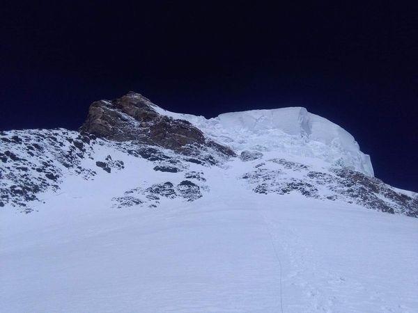 Вид на предвершинный участок К2 с четвертого высотного лагеря. Фото Мингма Галйе Шерпа (Mingma Gyalje Sherpa