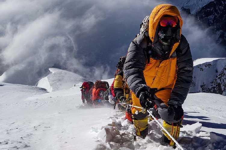 Восхождение на восьмитысячник К2 в летний период с использованием кислородных баллонов. Фото Madison Mountaineering