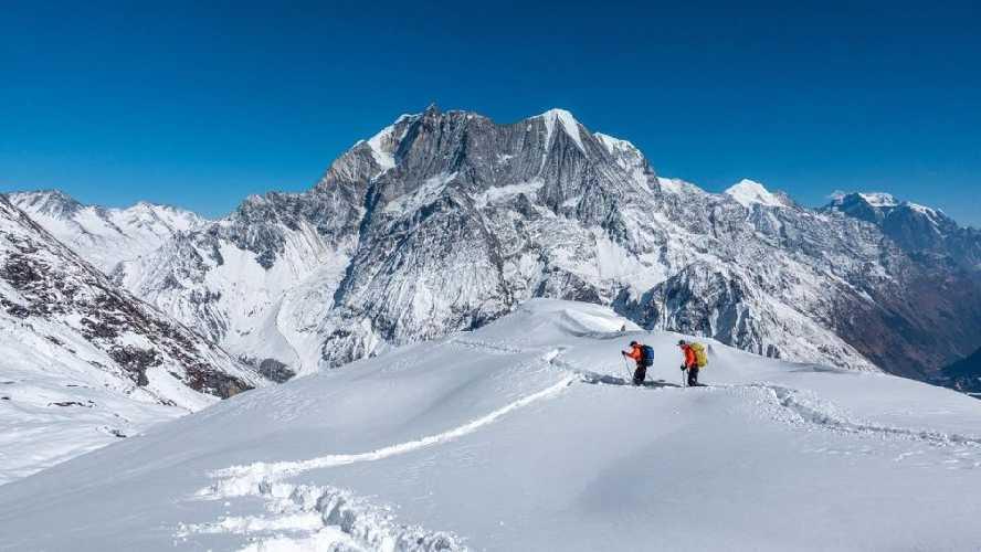 Тенжи Шерпа (Tenji Sherpa) и Винайяк Джей Малла (Vinayak Jay Malla) в акклиматизационном выходе в районе восьмитысячника Манаслу