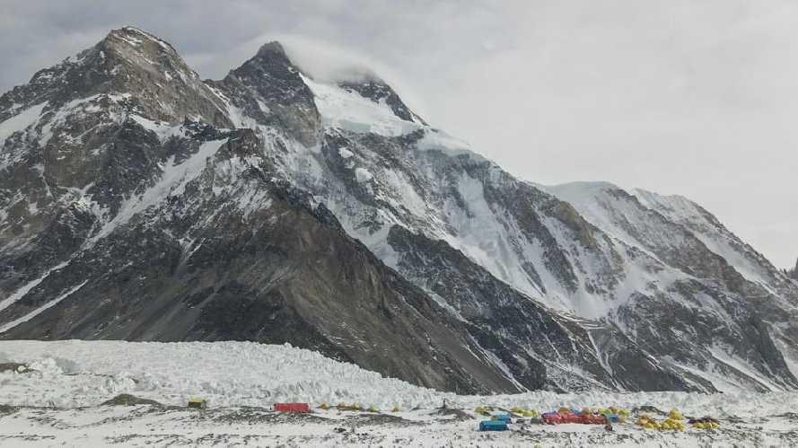 Вид на базовый лагерь и восьмитысяник К2. Фото John Snorri
