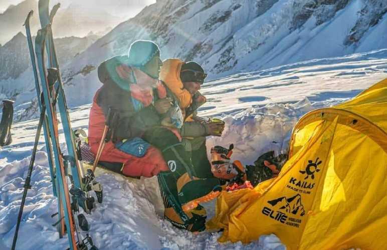 Тенжи Шерпа (Tenji Sherpa) и Винайяк Джей Малла (Vinayak Jay Malla)