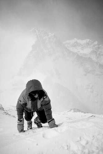На высоте 8300 метров над Южным седлом Эвереста, после завершения нового маршрута по стене Кангчунг. <br>Без рюкзака, без веревки, без кислородных баллонов  -  на пути к южной вершине Эвереста. <br>В отличие от обычного альпинистского восхождения на вершину для меня это было больше похоже на ползание. Фото: Ed Webster