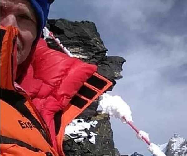 Джон Снорри Сигурджонссон (John Snorri Sigurjónsson) на фоне обледеневшей веревки у второго высотного лагеря на восьмитысячнике К2