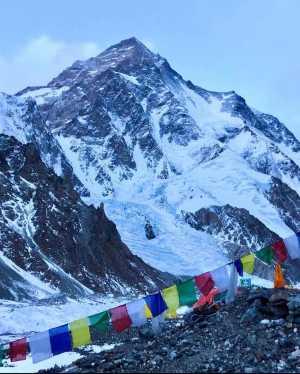 Зимние экспедиции на восьмитысячник К2: три альпиниста продолжают штурм вершины