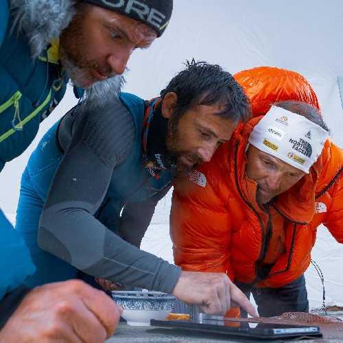 Симоне Моро (Simone Moro), Алекс Тикон (Alex Txikon), Иньяки Альварез (Inaki Alvarez) - в поисках пути через ледовую трещину