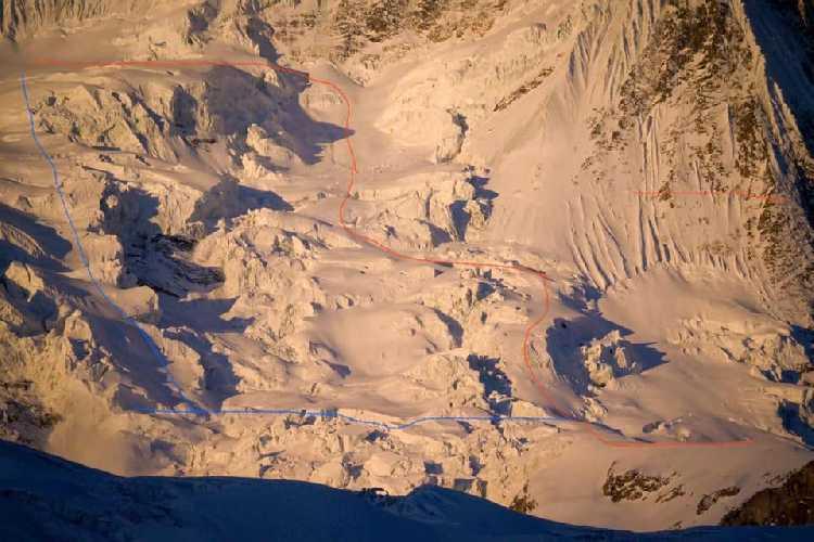 синяя линия - изначальный план восхождения. красная линия - вариант обхода ледовой трещины в восхождении на Манаслу. январь 2021 года