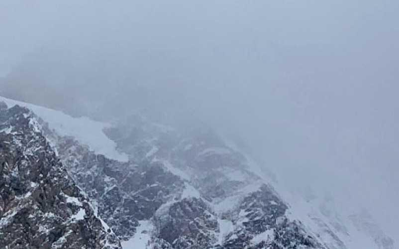 Спаскоманда, облетев склон горы К2 на вертолете, не обнаружила никаких следов пропавших без вести троих альпинистов