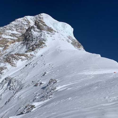 """На втором фото - вид на """"бутылочное горлышко"""" на отметке 8200-8400 метров. Именно там Саджид оставил группу и повернул вниз.На фото очень хорошо виден масштаб участка восхождения - по сравнению с крохотной палаткой четвертого высотного лагеря (это фото было сделано в одной из летних экспедициях. В этот раз четвертый высотный лагерь ни одна команда не устанавливала )"""