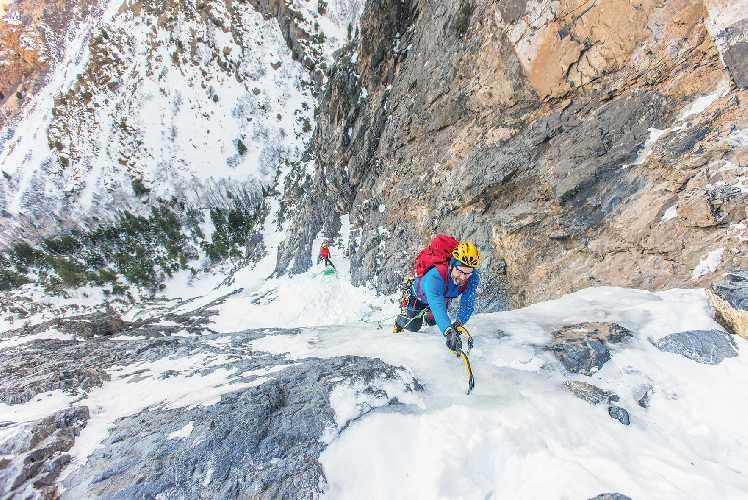 "Jake Hirschi на пятой веревке 10-веревочного маршрута ""Frozen Assets"" (WI 5), штат Юта, США. Фото Nikki Smith."