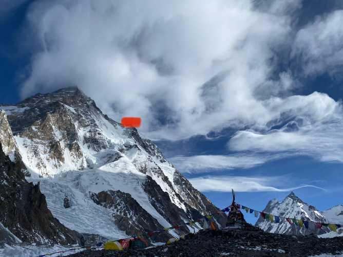 На этом фото из базового лагеря можно видеть отметку предвершинного плеча ( место размещения третьего лагеря на 7200-7300 метров)