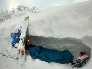 Перша лижна соло експедиція через Українські Карпати: перша ночівля в сніговій печері
