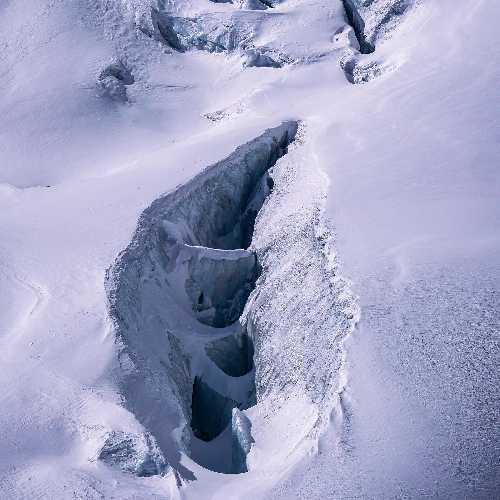 Одна из ледовых трещин на восьмитысячнике Манаслу. Фото Alex Txikon