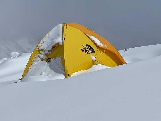 Палатка первого высотного лагеря на Манаслу. Фото Simone Moro