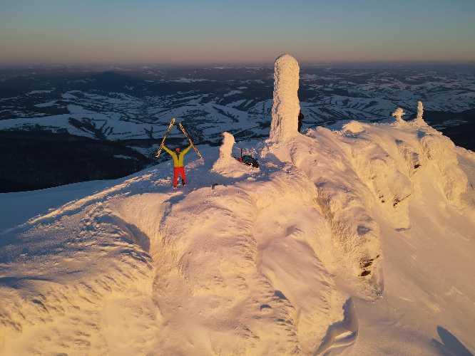 Ігор Магновський на вершині гори Пікуй