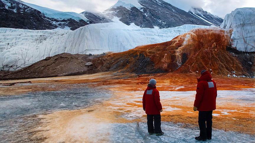 Ученые на водопаде в Антарктиде