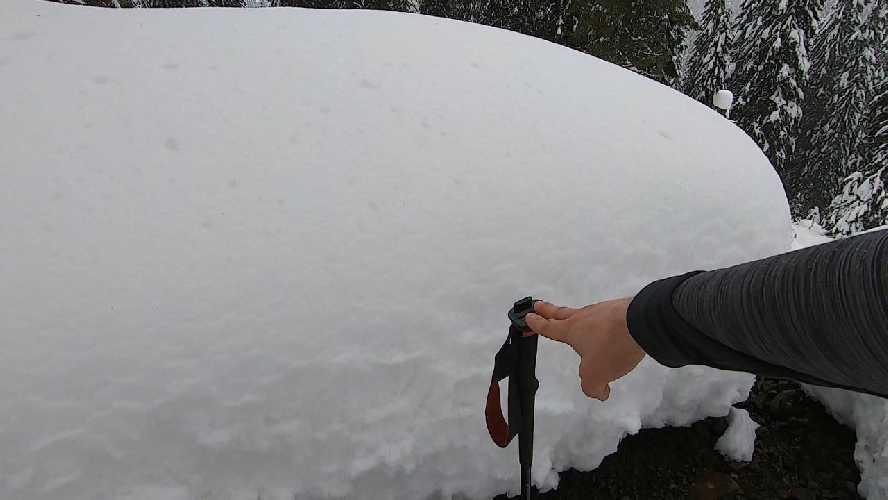 Снігу дуже багато, трекінгова палиця розкладена на 135см, Фото Віталій Шлюпка https://www.instagram.com/vit_shliupka/