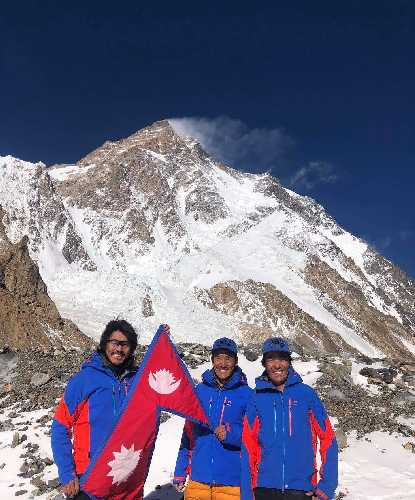 Мингма Галйе Шерпа (Mingma Gyalje Sherpa) - руководитель команды, Дава Тенцинг Шерпа (Dawa Tenzing Sherpa), Килу Пемба Шерпа (Kilu Pemba Sherpa) на фоне восьмитысячника К2