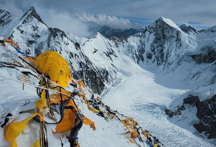 Мусор на склоне восьмитысячника К2 оставленный прошлыми экспедициями