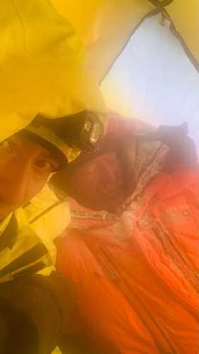 Томаж Ротар, после спуска в третий лагерь. Фото Лакпы Денди (слева), который поднимался вместе с Атанасом Скатовым.