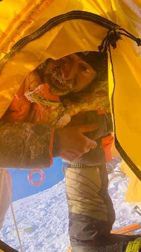 Томаж Ротар (Tomaz Rotar) входит в палатку третьего высотного лагеря после отказа от штурма К2. 5 февраля 2021 года. Фото omaz Rotar