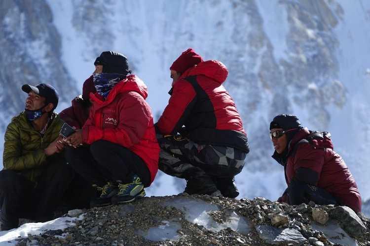 Члены базового лагеря обеспокоены отсутствием новостей от Снорри, Садпара и Мора. Фото: Tomaz Rotar