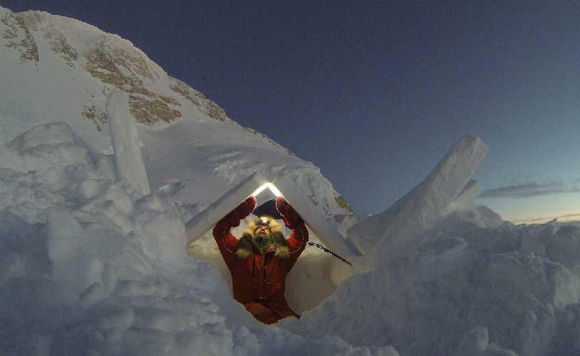 Лонни Дюпре (Lonnie Dupre) в снежной пещере на Денали в 2015 году