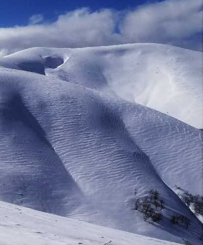 Карнизы. Вид снизу.Снег лег пластами и еле держится на склоне. Фото Евгений Чизмар