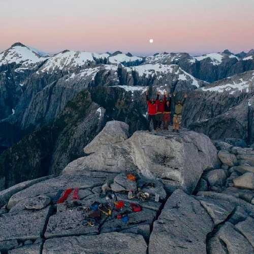 "На маршруте ""Füta Chao"" на северной стене пика Серро-Хуинай (Cerro Huinay) в горах Лос-Лагос, Чили"