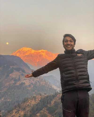 Арджун Ваджпа (Arjun Vajpai) на фоне горы Трисул (Trishul, 7120 м)