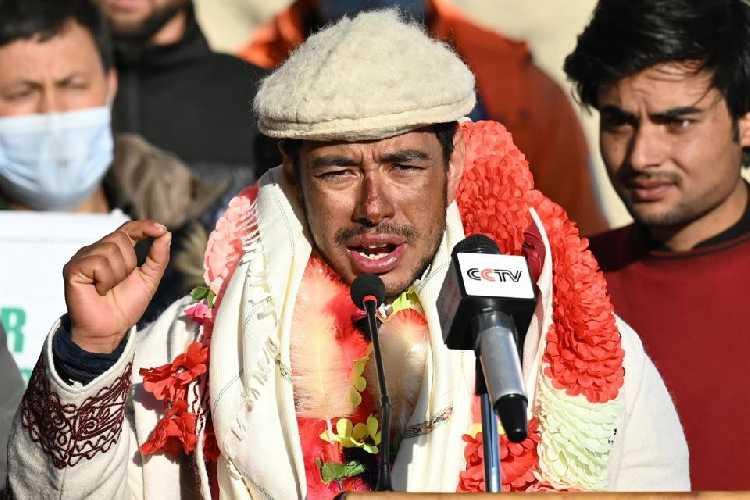 Нимс выступает на пресс-конференции в Пакистане после восхождения на зимний К2