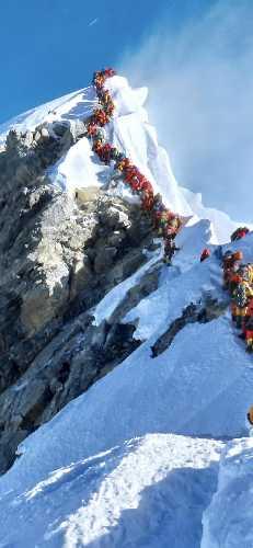 Очередь из альпинистов возле вершины Эвереста. 22 Мая 2019 г. Фото Nirmal Purja