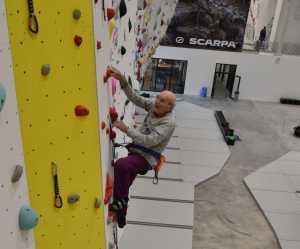 Фото дня: как отметить свой 98-летний день рождения на скалолазном стенде