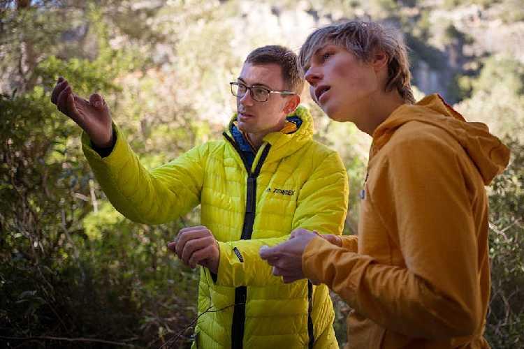 Уильям Боси (William Bosi) обсуждает детали пролаза с Александром Мегосом (Alexander Megos)