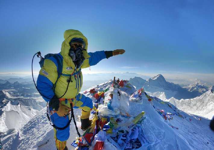 Гид команды Furtenbach Adventures, Луис Штитцингер (Luis Stitzinger) на вершине Эвереста в 2019 году