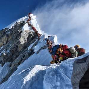 На Эвересте альпинистов построят в очередь