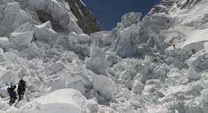 Два альпиниста ранены на Эвересте из-за обрушения ледопада Кхумбу