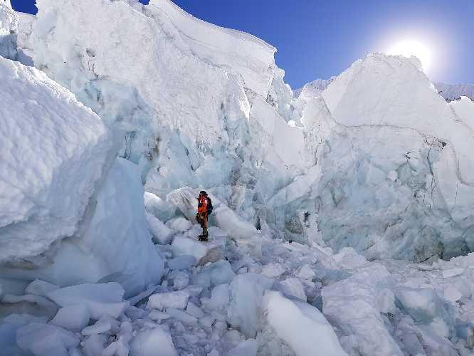 Алекс Тикон (Alex Txikon) на ледопаде Кхумбу на стандартном маршруте на Эвересте. Фото Alex Txikon