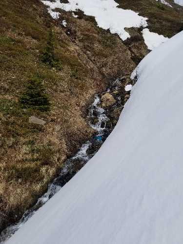 в кулуаре на склоне горы Магура спасателями было обнаружено тело пропавшего без вести в феврале месяце туриста из Киева. Фото Евгений Чизмар