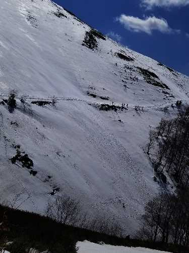 Траверс спасателей по лавиноопасному склону к месту эвакуации. Фото Евгений Чизмар