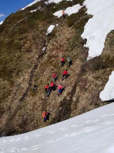 Вытягивание кокона с телом из кулуара на южный склон. Фото Евгений Чизмар