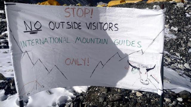 плакат в базовом лагере Эвереста. Фото Pawel Michalski