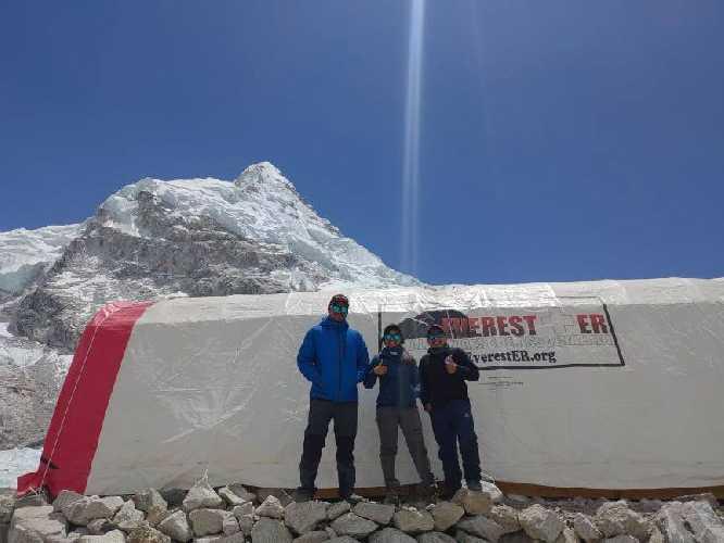 Клиника добровольной медицинской бригады Гималайской ассоциации спасателей оказывает бесплатную медицинскую помощь всем в базовом лагере Эвереста. Фотография: Everest ER