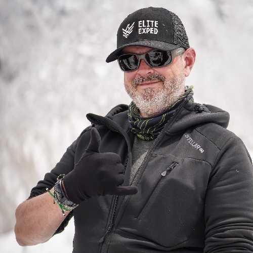 Стив Дэвис родился в Великобритании, но проживает в Калифорнии. Из-за COVID-19 он досрочно завершил свою экспедицию на Эверест в сезоне 2019 года